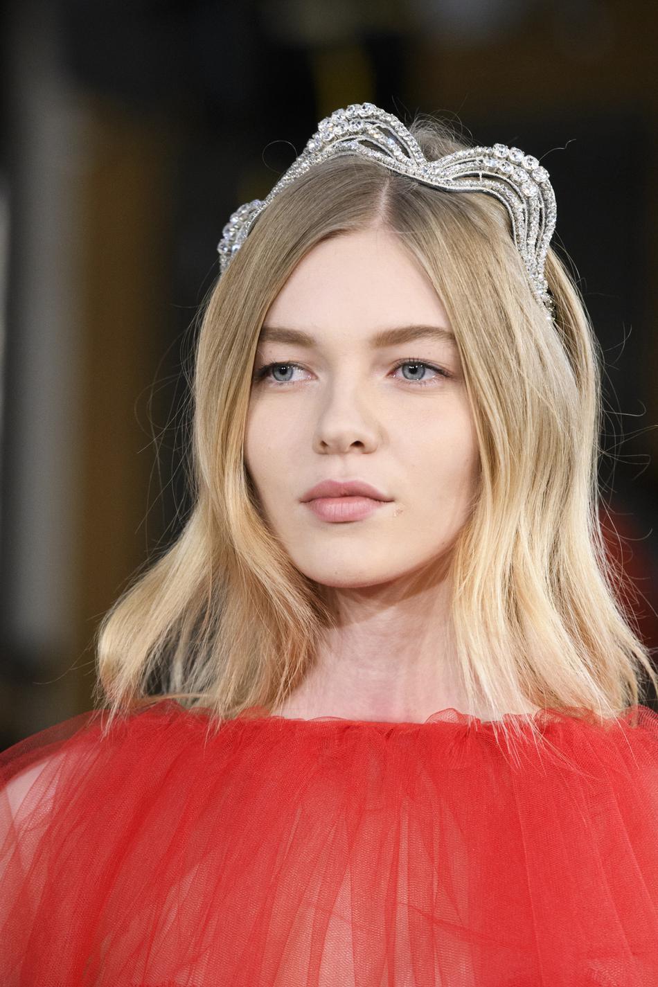 f3e8e4c22aed ... Coiffures avec accessoires de la Fashion Week - le diadème sophistiqué,  Alexis Mabille ...
