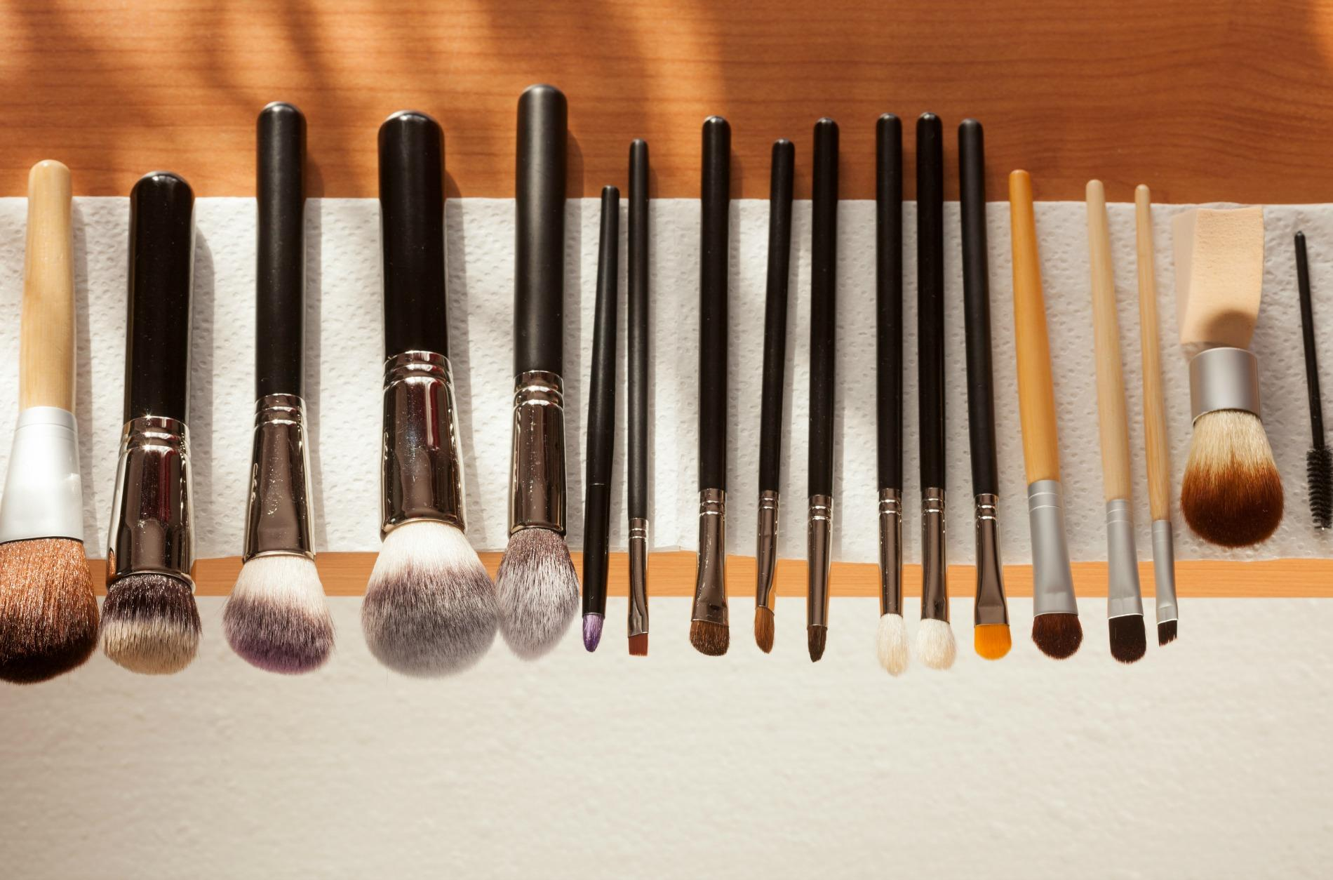 comment nettoyer ses pinceaux de maquillage madame figaro. Black Bedroom Furniture Sets. Home Design Ideas