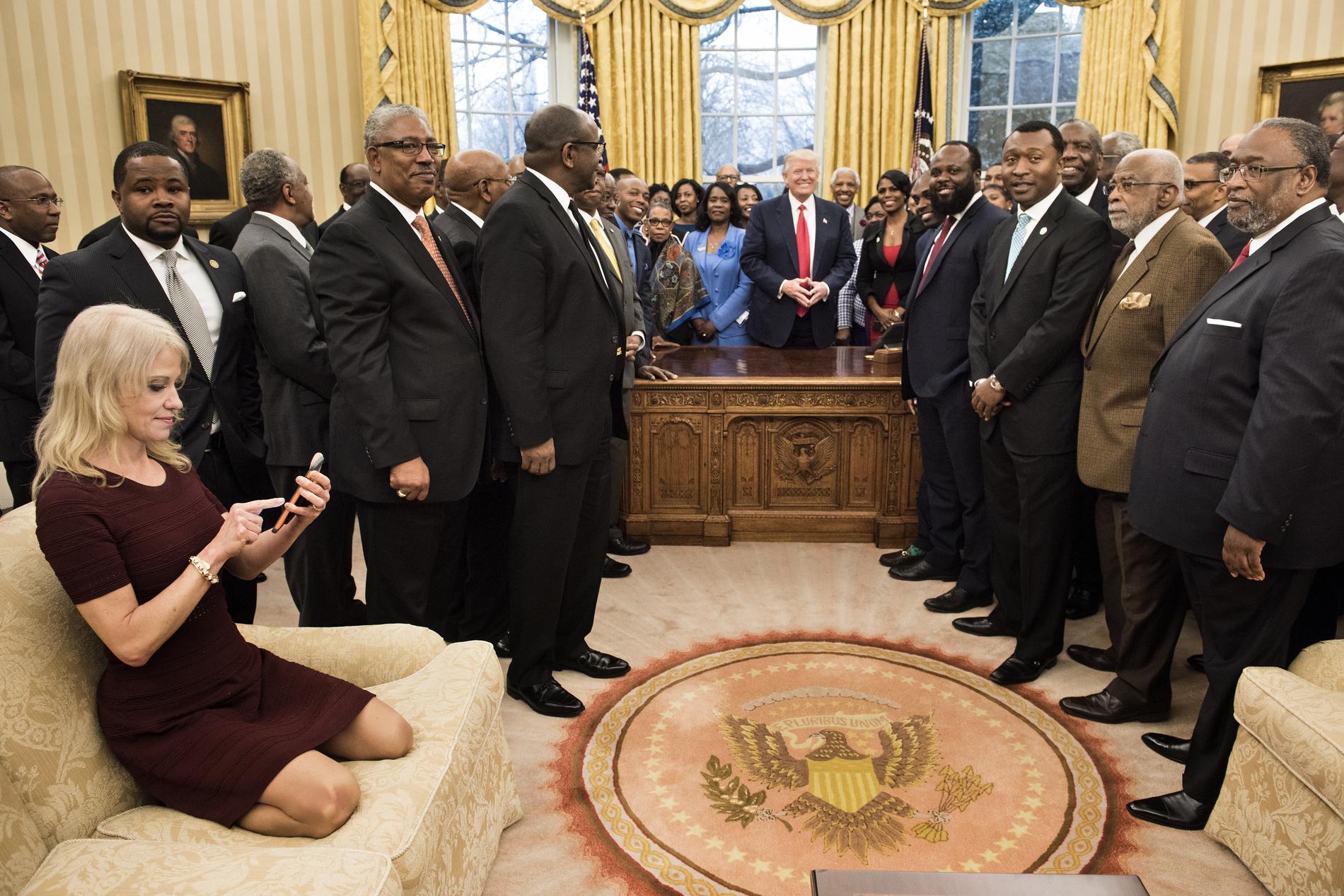 La conseillère de donald trump photographiée à genoux sur le canapé