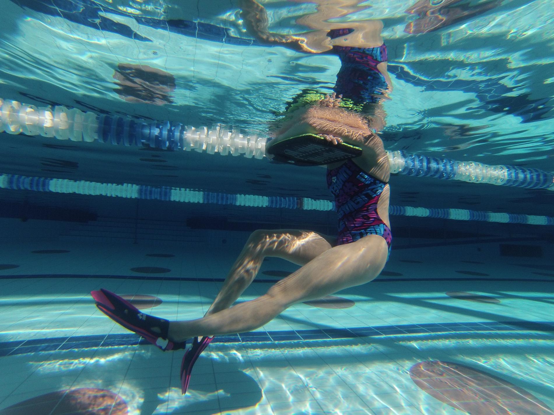L gant s ance piscine pour maigrir piscine - Nager en piscine avec des palmes ...