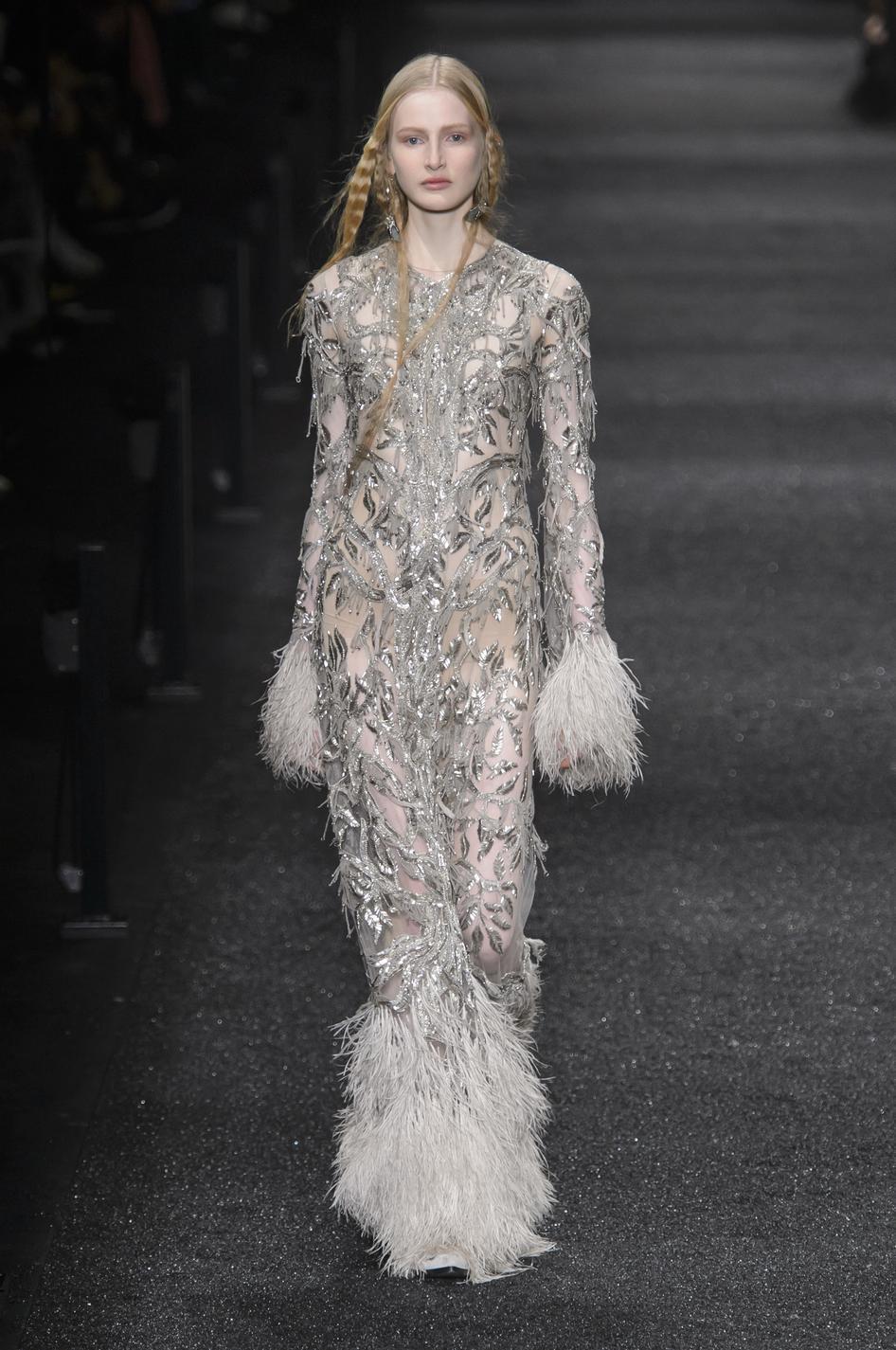 ... Fashion Week automne-hiver 2017-2018   ces robes qui font rêver -  Valentino Fashion Week automne-hiver 2017-2018   ces robes qui font rêver -  Oscar de ... 918053d7caf