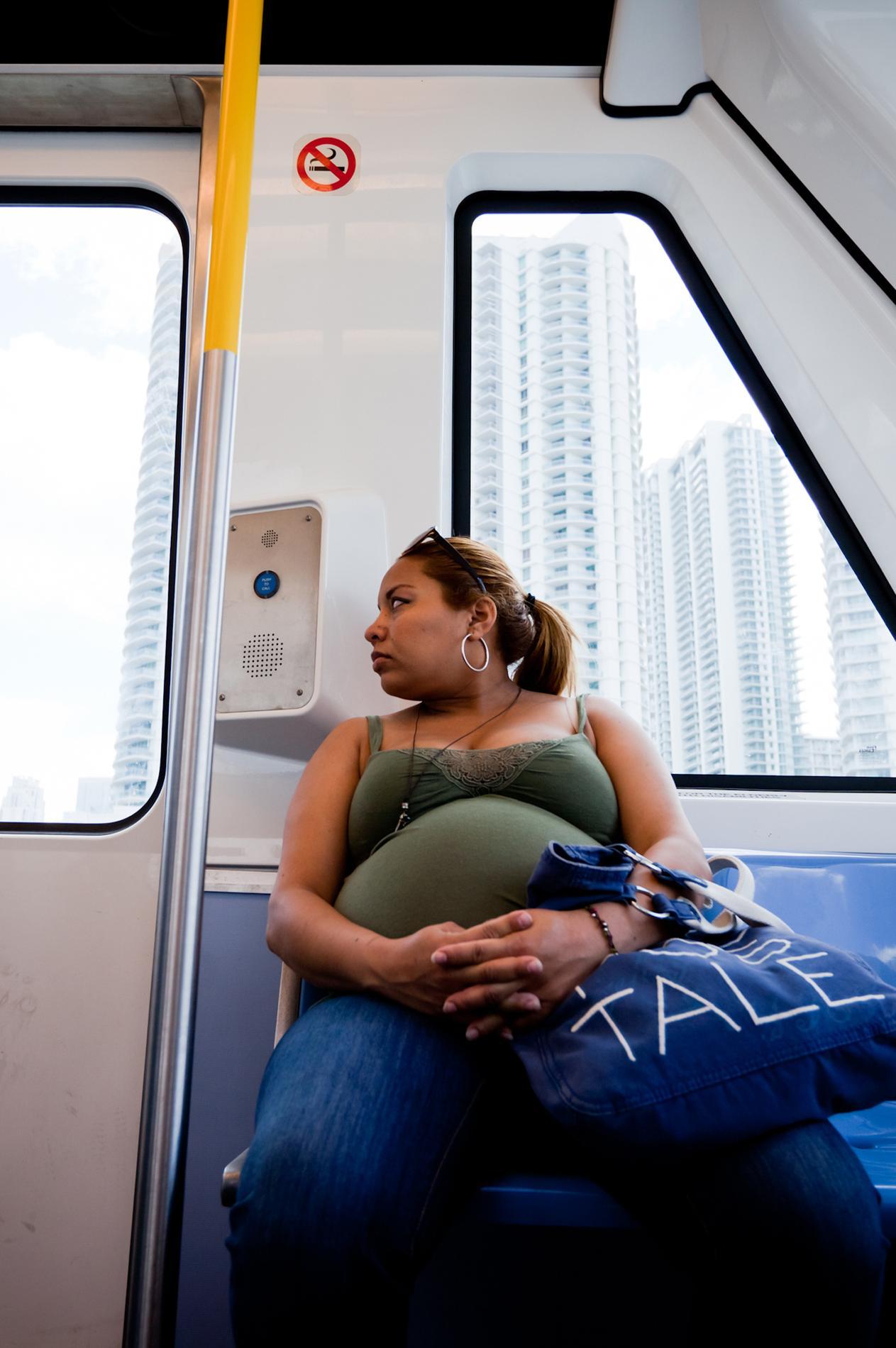 une femme enceinte r compense un homme qui lui laisse sa place. Black Bedroom Furniture Sets. Home Design Ideas