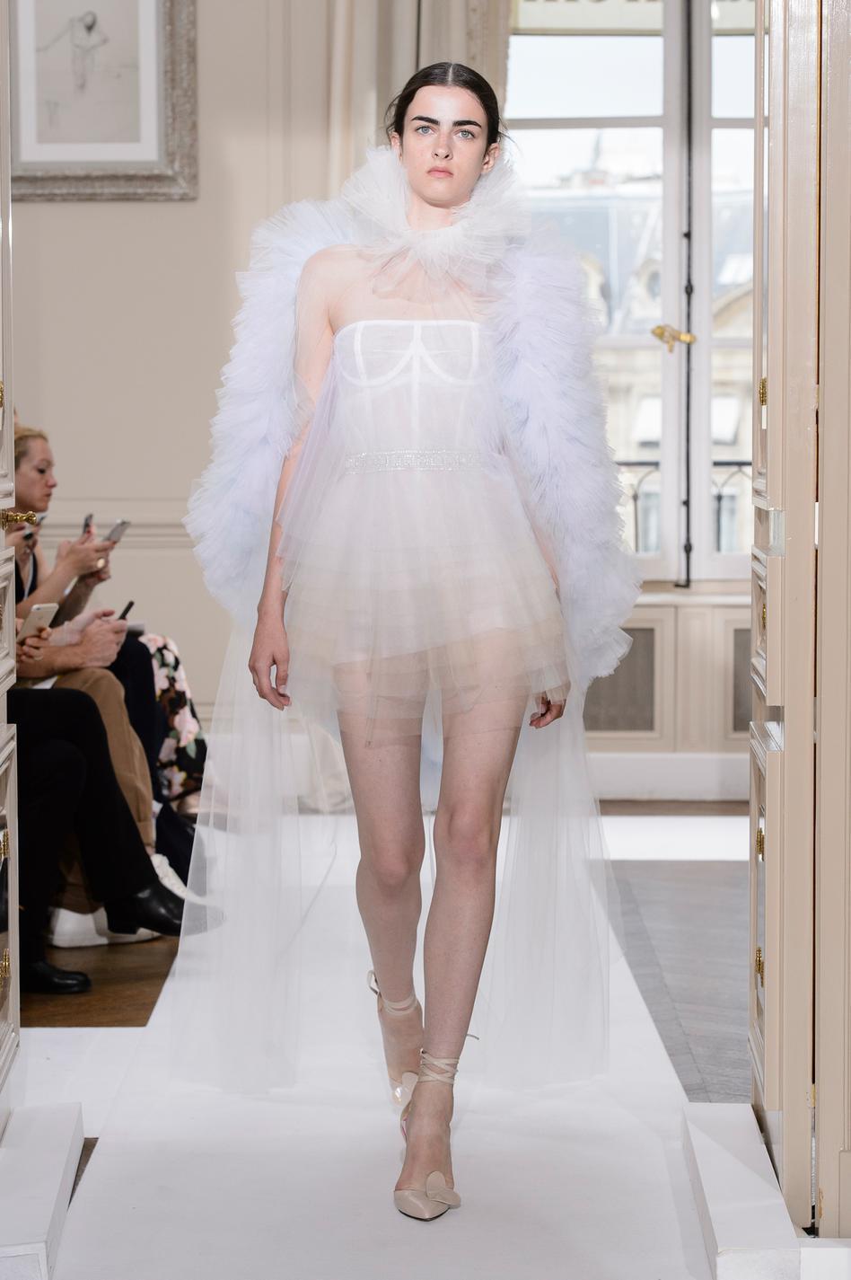 chanel dior schiaparelli les plus belles robes de mari e rep r es sur les podiums couture. Black Bedroom Furniture Sets. Home Design Ideas