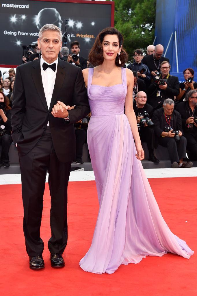 Amal Clooney en une robe de soirée lilas longue au tapis rouge de la Mostra de Venise 2018