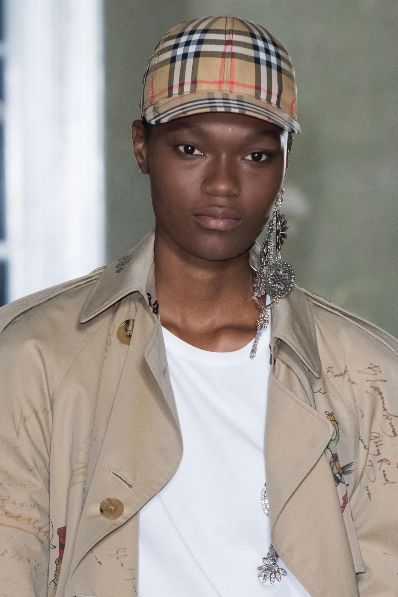 Burberry réhabilite la Vintage Check, sa casquette culte - Madame Figaro 1b8f25bdccf