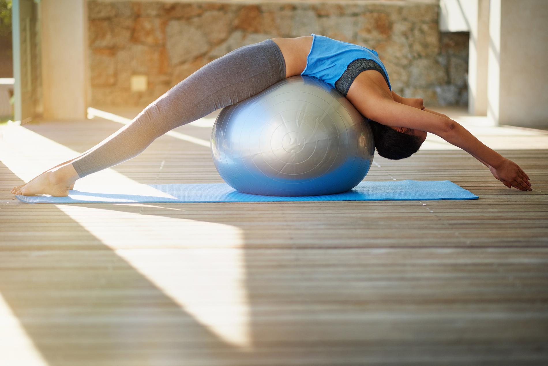 les exercices faire avec un ballon de pilates pour muscler. Black Bedroom Furniture Sets. Home Design Ideas