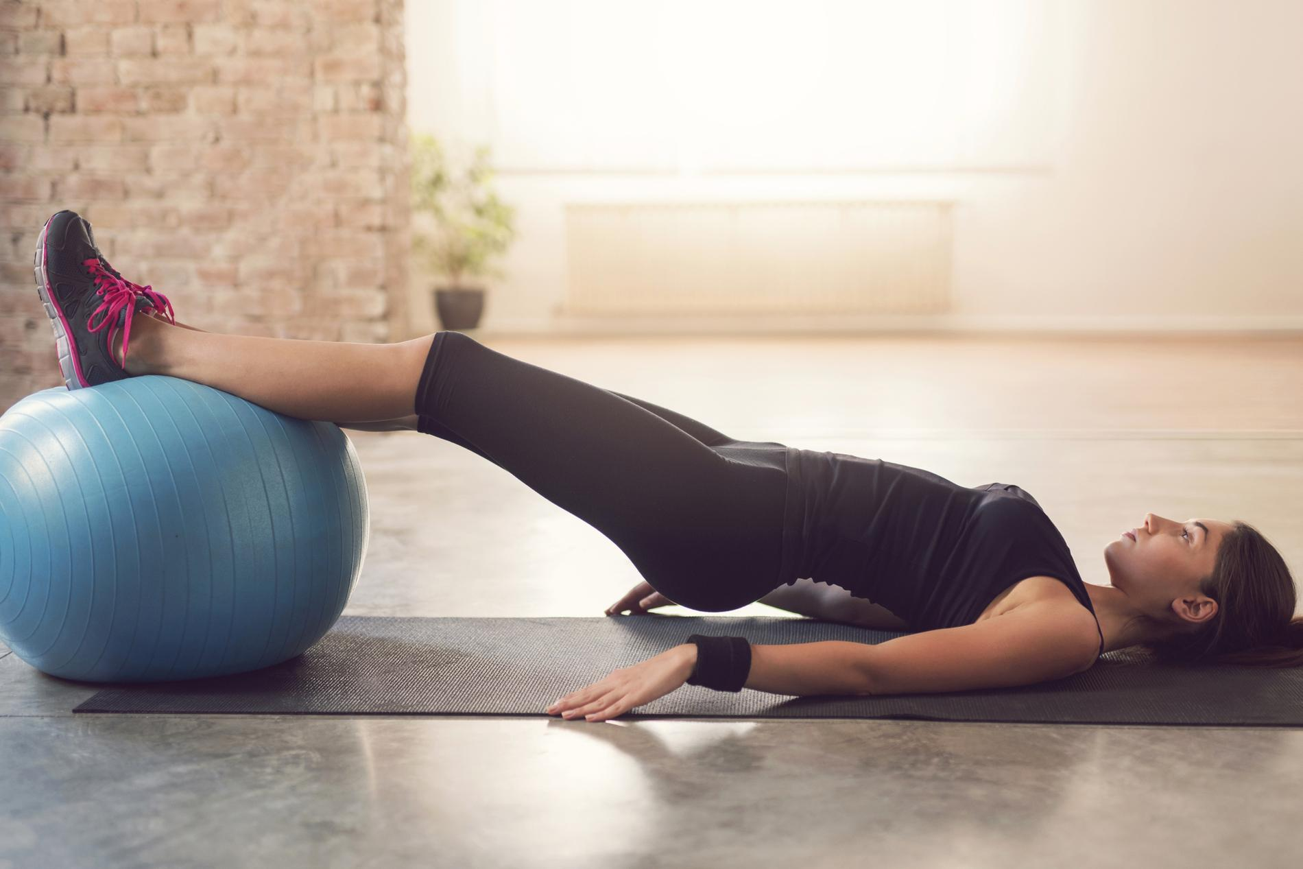 Les exercices faire avec un ballon de pilates pour for Abdos fessiers exercices a la maison