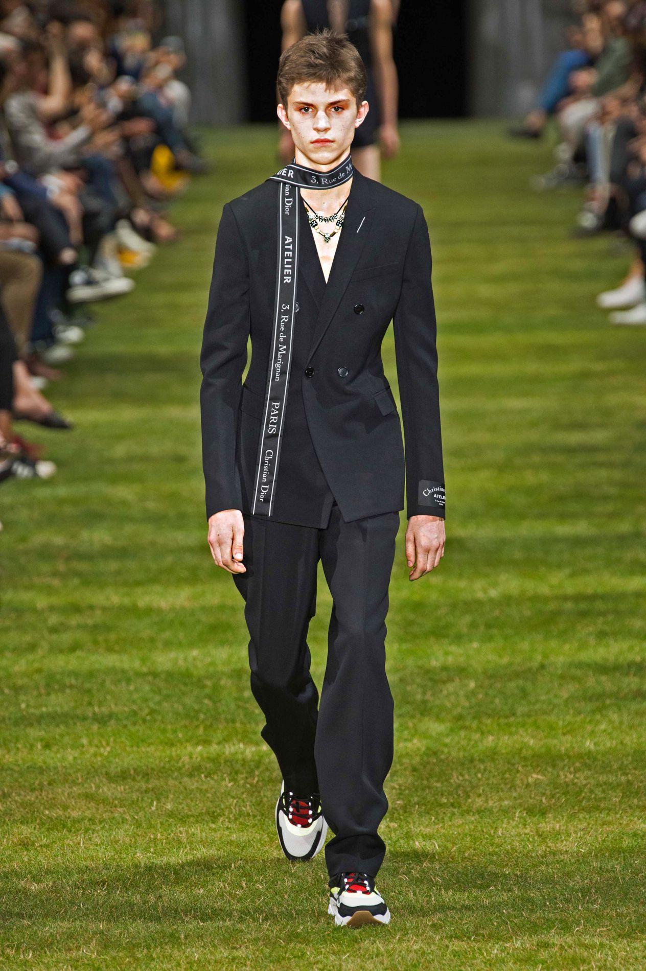 79bc6624aca6 Pour Dior Homme, Kris Van Assche apporte sa touche sportive et urbaine.
