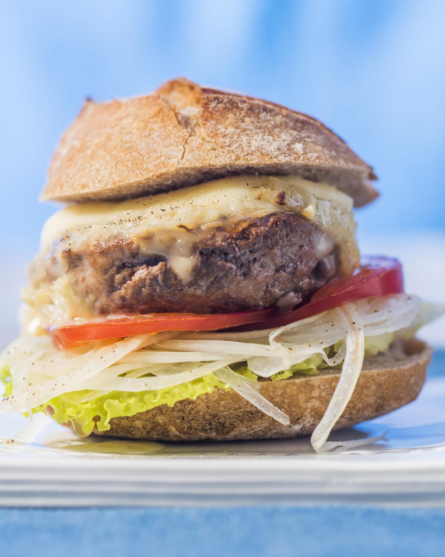 recette burger au crottin de chavignol cuisine madame figaro. Black Bedroom Furniture Sets. Home Design Ideas