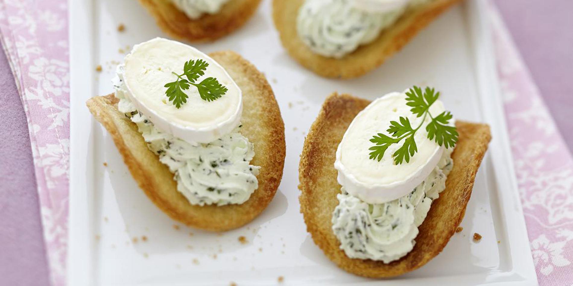 tuiles de pain de mie chantilly verte et fromage de vache - Canapes Aperitif Originaux