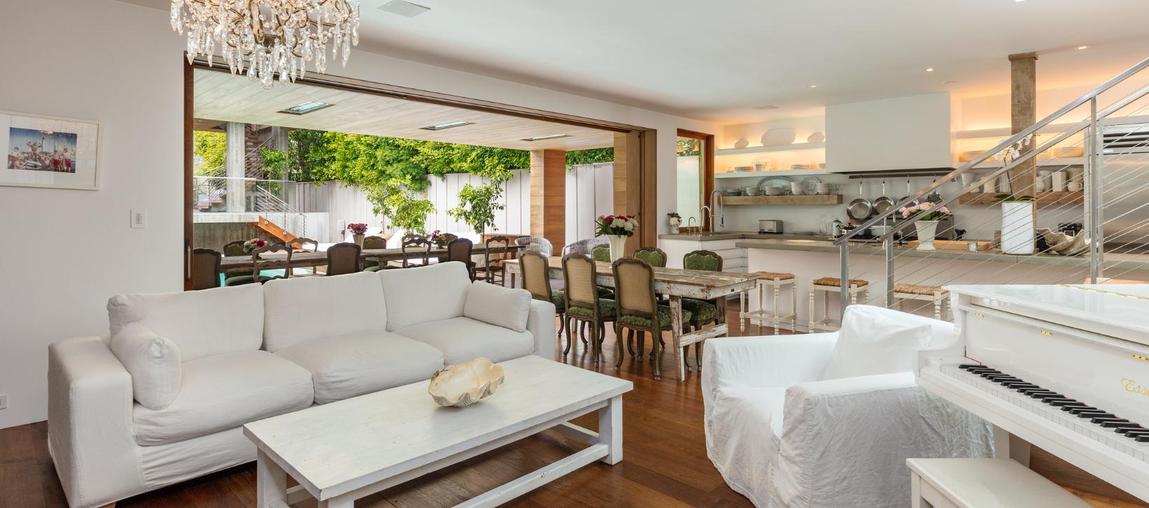Alerte sur la canebi re pamela anderson s 39 installe - La maison des fondues marseille ...
