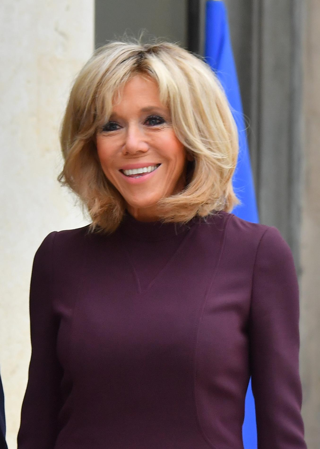 carr signature frange al atoire blond changeant la coiffure de brigitte macron pass e au. Black Bedroom Furniture Sets. Home Design Ideas