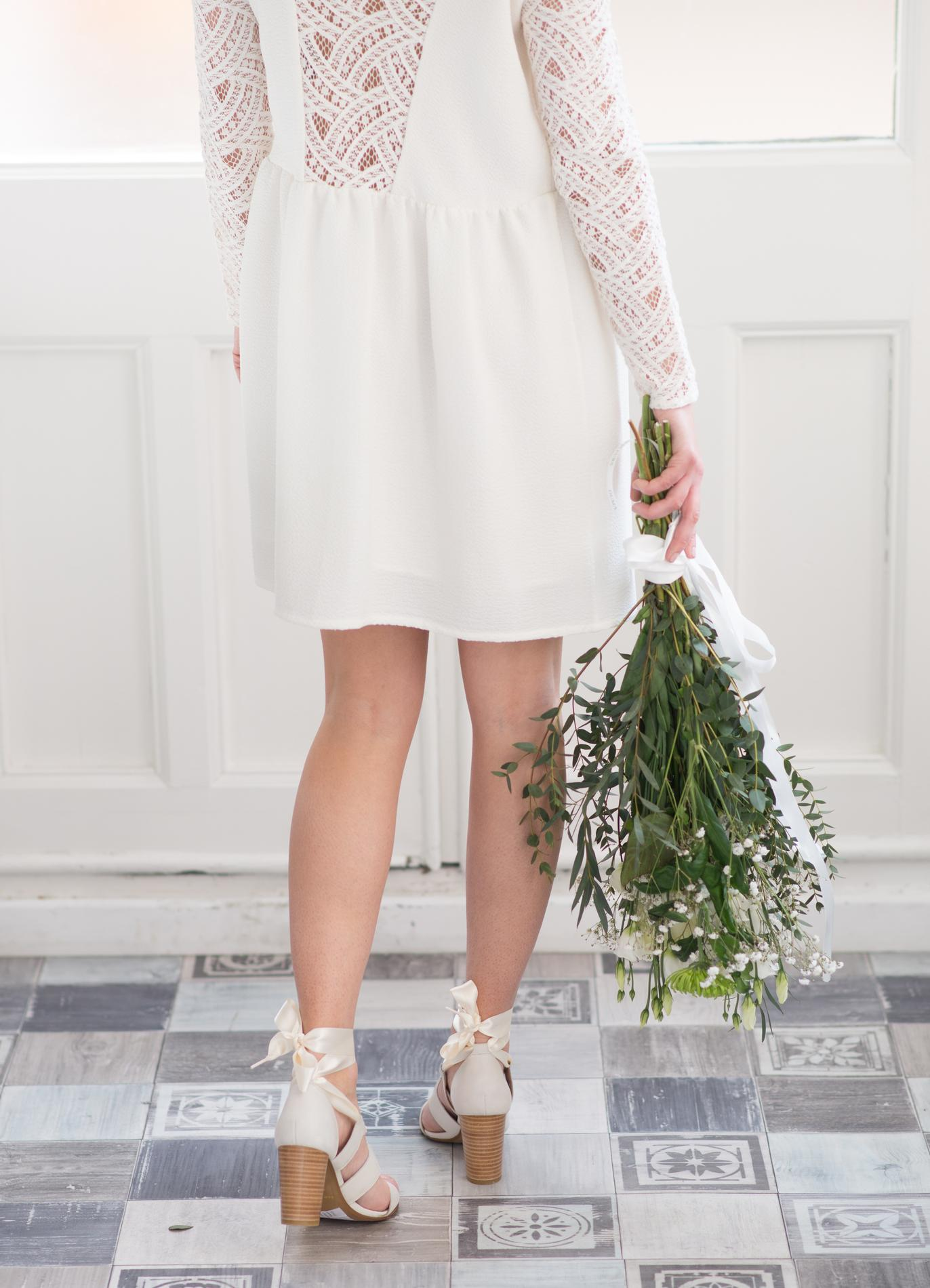 san marina lance une ligne de chaussures de mariage avec la mari e aux pieds nus madame figaro. Black Bedroom Furniture Sets. Home Design Ideas