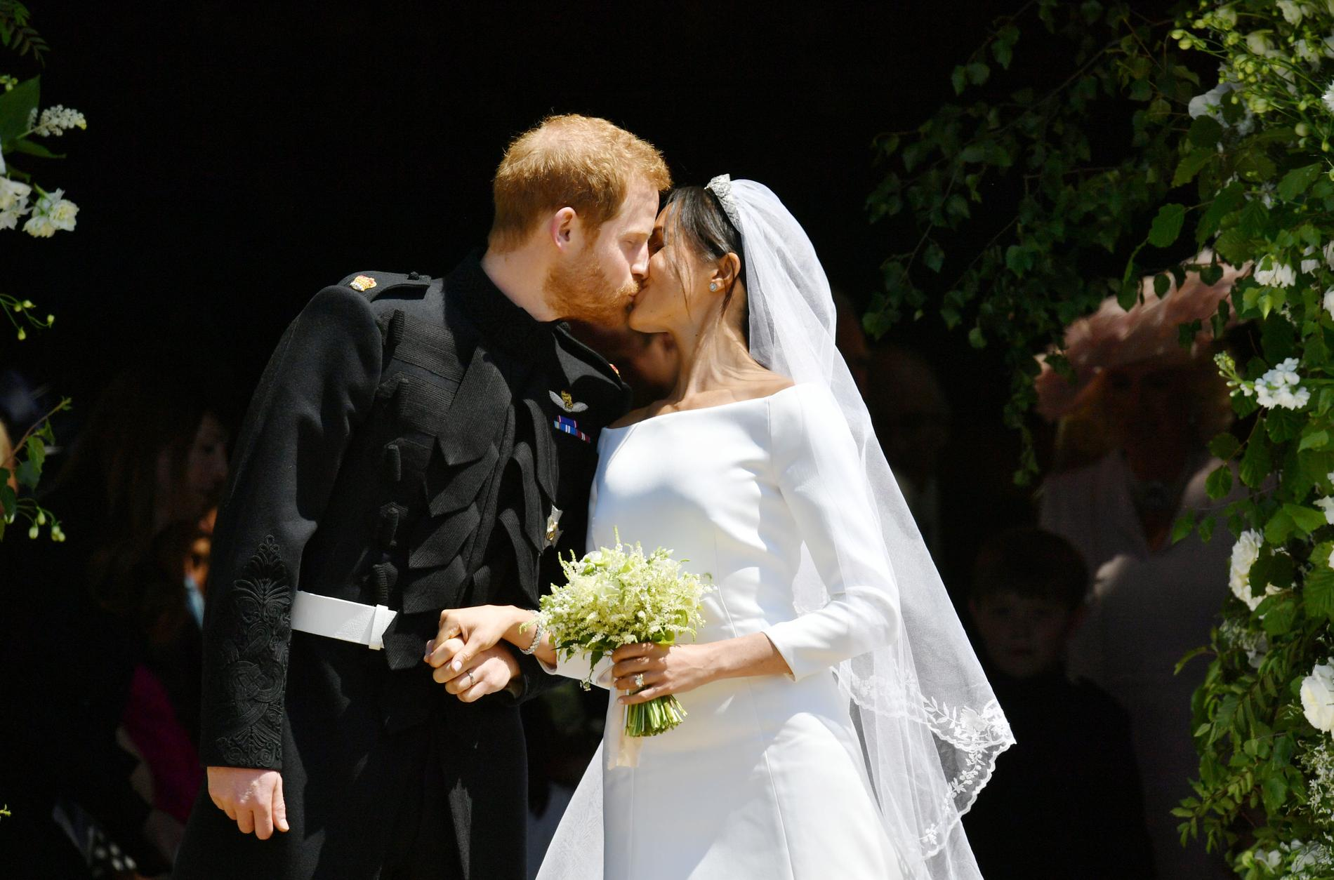 Le prince Harry et Meghan Markle échangent un baiser sur le parvis de la  chapelle Saint George. (Windsor, le 19 mai 2018.)