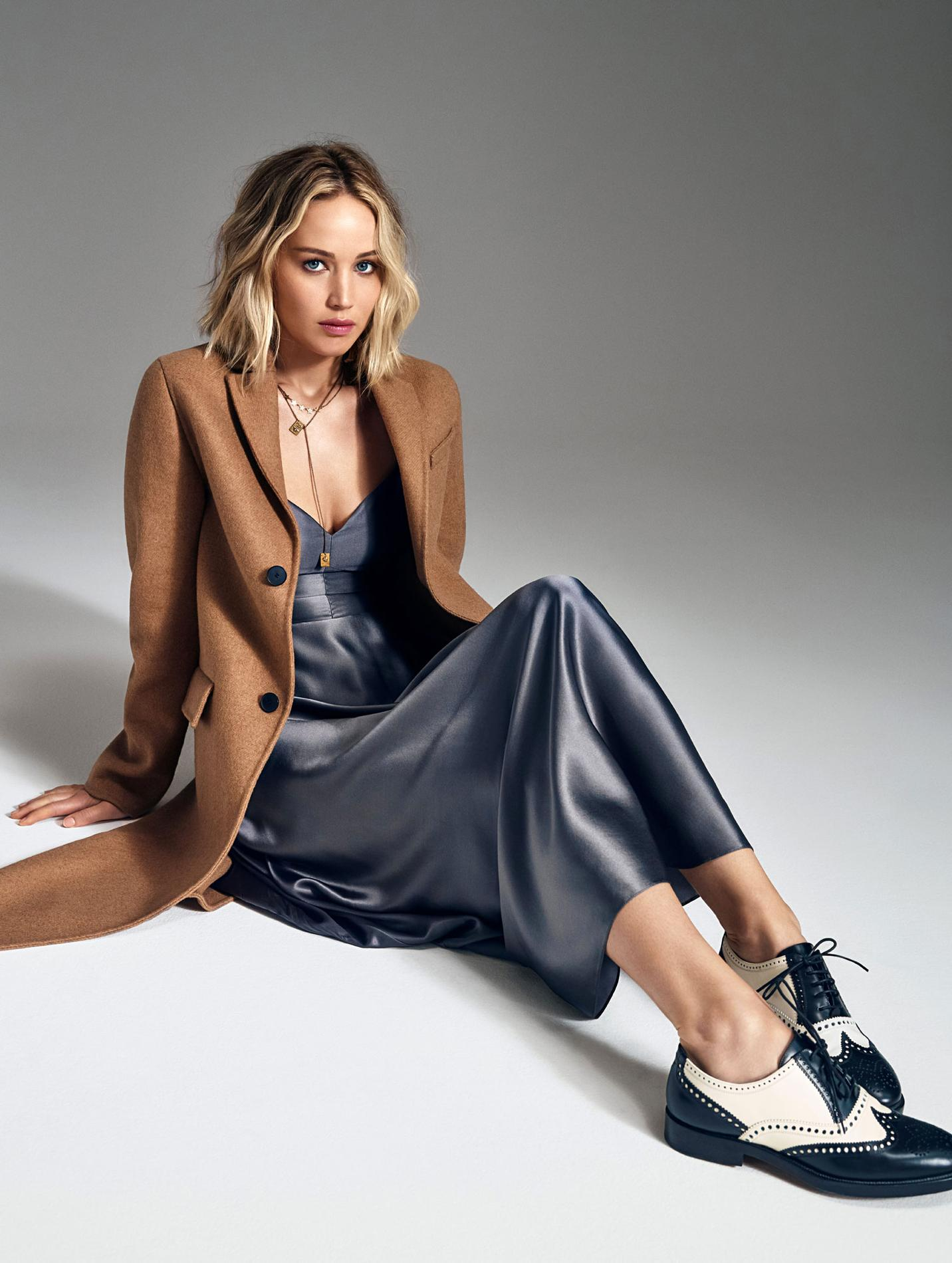22cb23c44dfee Jennifer Lawrence, égérie du parfum Joy de Dior, est mise en beauté avec  les produits Dior. Vêtements et accessoires, Dior.