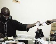 À Bamako, sur le bureau de ce grand marchand, plus de 20.000 euros d'or passent de main en main.
