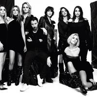 Anthony Vaccarello pose avec ses muses