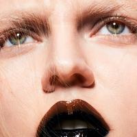Du make-up au parfum, le charme du noir opère