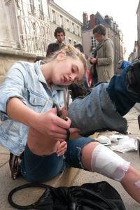 Une manifestante blessée aux jambes par une «grenade de désencerclement» se fait soigner sur le parvis de la cathédrale de Nantes, samedi. GUILLAUME FROUIN/LE FIGARO