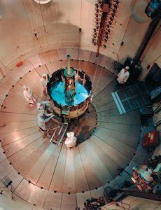 La sonde ISEE-3 est inspectée par la Nasa au centre de recherches Goddard.