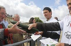 Paris : distribution gratuite  de concombres et tomates