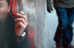 Deux députés présentent un plan antitabac draconien