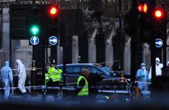 La police scientifique britannique examine un véhicule qui a percuté les rails de sécurité, près du Parlement. Un véhicule a tué plusieurs personnes et blessé au moins vingt autres sur le pont de Westminster, mercredi après-midi.