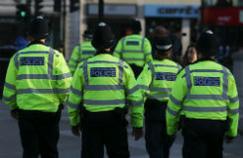La police patrouille à Trafalgar Square, un jour après l'attentat de Manchester.