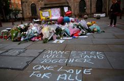 Des fleurs pour les victimes, dans le centre de la ville de Manchester.