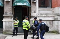 Les forces de l'ordre britanniques opérant un raid mercredi près de la gare de Manchester Piccadilly.
