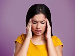 Illustration des fiches migraine, femme se prenant la tête dans les mains
