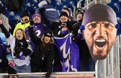 Les fans de chaque équipe (à gauche ceux des Baltimore Ravens) sont équipés de pied en cap aux couleurs de leurs champions.