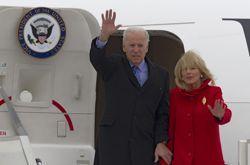 Joe Biden et son épouse, Jill, à leur arrivée à l'aéroport d'Orly, dimanche.