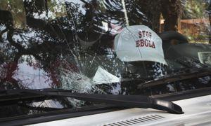 Un véhicule d'urgence victime d'un jet de pierre à Lola (Guinée) en février 2015.