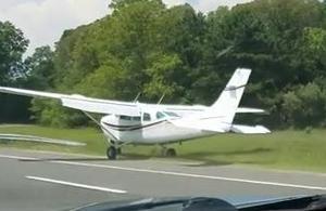 Un avion atterrit d'urgence sur l'autoroute