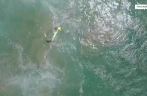 Un drone largue une bouée pour sauver deux adolescents piégés dans une lame de fond
