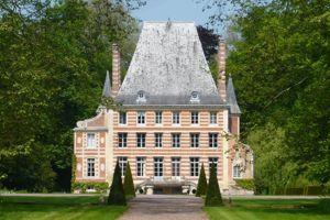 La superbe brique-et-pierre du Château de Bénéauville.