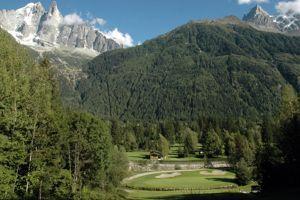 À Chamonix, greens sous l'Aiguille Verte et les Drus.