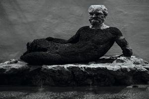 Cette étrange fontaine, montrant un viellard allongé, déplut tellement aux Romains qu'ils la rebaptisèrent «la fontaine du babouin».