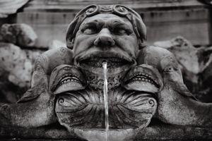 Devant le Panthéon, monument romain que Karl cite comme son préféré, détail d'un masque grotesque de la fontaine.