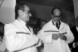 Valéry Giscard d'Estaing et le chah, au centre d'études nucléaires de Saclay.