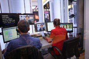 Carole Guyon (à droite),l'assistante de David Pujadas, a l'œil sur tout pendant le direct   y compris le JT de TF1...