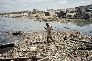Dans un océan de détritus et de crasse, les gamins du quartier Martissant survivent comme ils peuvent.