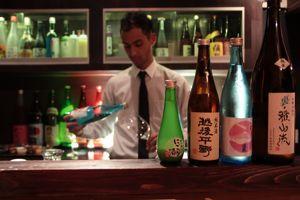 Chez Sakébar, ancien salon de thé-pâtisserie, onpeut choisir son verre parmi de jolis petits modèles.