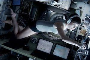 Dans Gravity, Sandra Bullock est parfaitement coiffée, même en apesanteur.