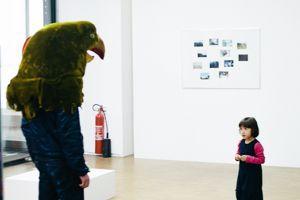 L'homme à tête d'oiseau, performance de Pierre Huyghe au Centre Pompidou.
