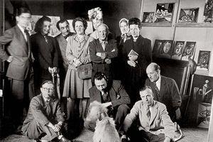 Sartre et Camus (accroupis en bas à gauche) le 16 juin 1944, entourés de nombreux artistes dont de Beauvoir, Picasso, Lacan. Crédit photo: Brassaï