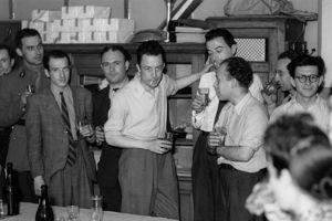 Albert Camus (au centre), avec l'équipe de la rédaction de Combat en 1944. Crédit photo: René Saint-Paul/Rue des Archives