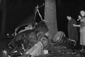 La carcasse de la Facel-Vega dans laquelle Albert Camus et Michel Gallimard ont trouvé la mort. <i>Crédit photo: Jean-Jacques LEVY/ASSOCIATED PRESS</i>