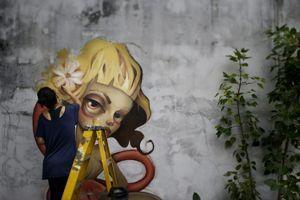 L'artiste Tatiana Suarez travaille sur une peinture murale pendant Art Basel Miami Beach.